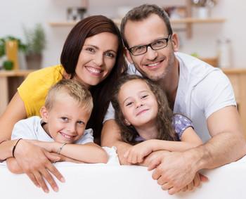 On peut apercevoir une famille heureuse qui n'a pas à se soucier de sa mutuelle santé puisqu'elle en a trouvé une grâce à Economiz.